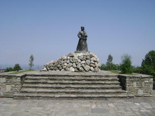 το άγαλμα της γυναίκας που ετοιμάζεται να πέσει στην Αράπιτσα